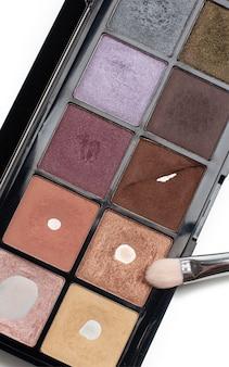 Lidschatten-palette mit make-up-pinsel nahaufnahme auf weißem hintergrund