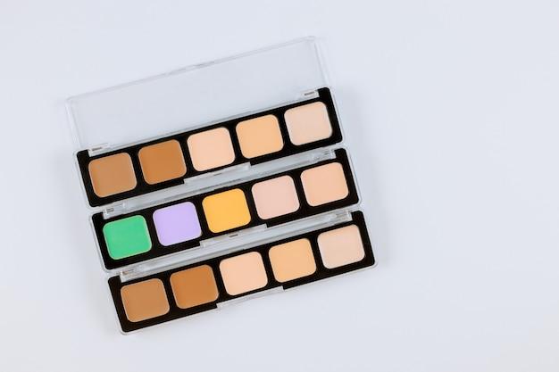 Lidschatten-palette von mehrfarbigen kosmetik machen auf einem weiß