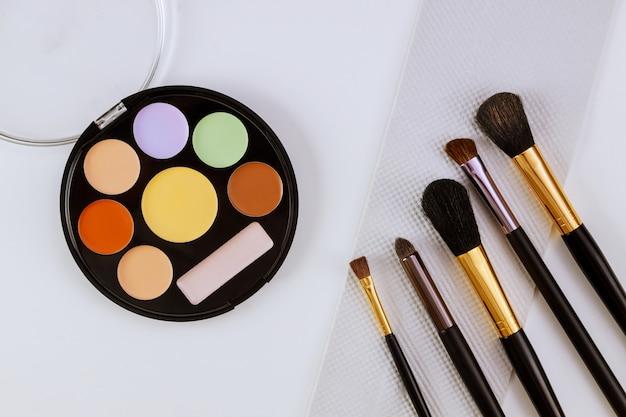 Lidschatten und rouge auf kosmetika als glamour bilden produkte für luxuriöses flat-lay-design
