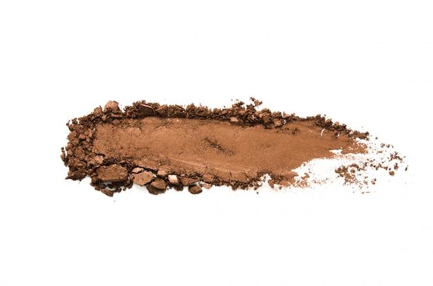 Lidschattenprobe isoliert. crushed braun metallic lidschatten. das konzept der mode- und schönheitsindustrie.