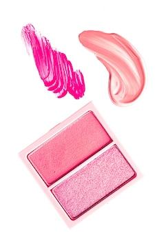 Lidschattenpuder oder rouge-make-up-palette als flacher rosa kosmetischer lidschatten und lipgloss ist ...