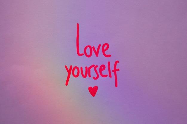 Liebe dich inschrift auf lila papier