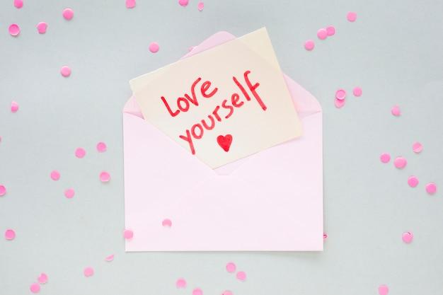 Liebe dich inschrift auf papier im umschlag