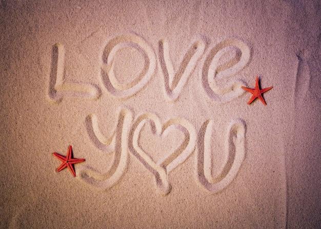 Liebe dich text geschrieben auf sand des meeresstrandes