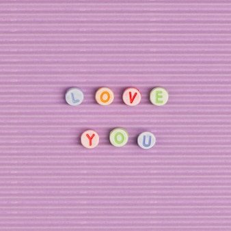 Liebe dich wort typografie alphabet perlen