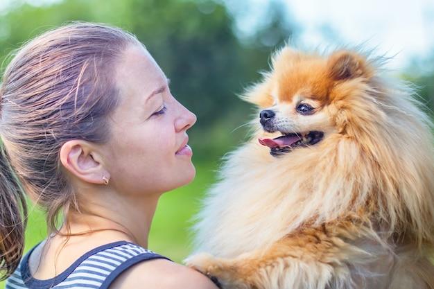 Liebe, freundschaft zwischen besitzer und hund.