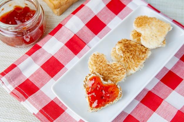 Liebe frühstück mit toast und marmelade