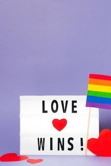 Liebe gewinnt mit regenbogenfarbener flagge