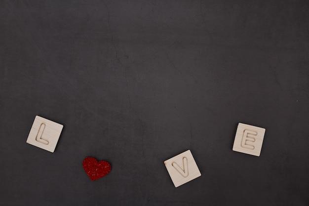 Liebe holz text dunklen hintergrund