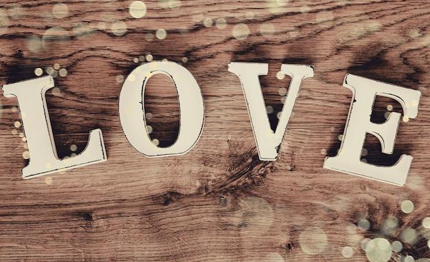 Liebe in holzbuchstaben