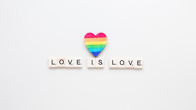Liebe ist liebesaufschrift mit regenbogenherz