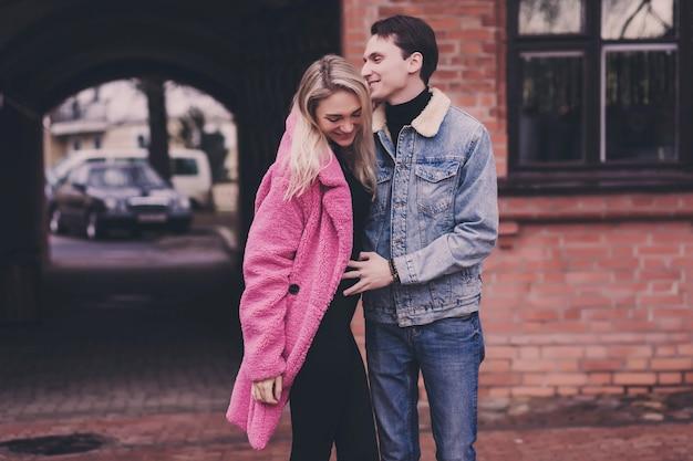 Liebe, romantik und menschen konzept - glücklich lächelndes junges paar umarmen