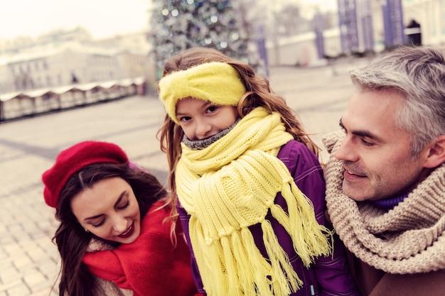 Liebe sie. hübscher mann, der positivität ausdrückt, während er mit seiner familie geht