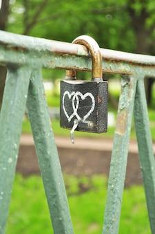 Liebe symbol auf der brücke