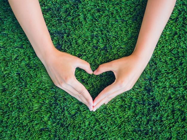 Liebe und valentinstag-konzept. frauenhand in form des herzens