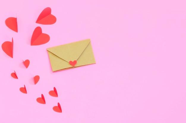 Liebe valentinstag konzept. rote herzen auf einem rosa pastellhintergrund, um raum zu kopieren.