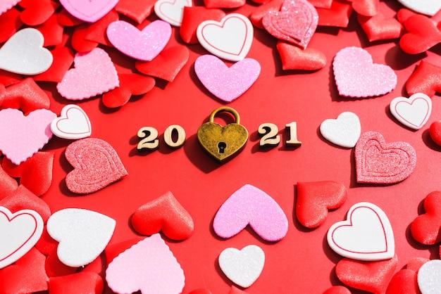 Liebe vorhängeschloss auf einem roten hintergrund mit herzen