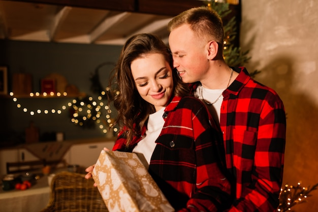 Liebe, weihnachten, paar, vorschlag und menschenkonzept glücklicher mann, der diamant-verlobungsring gibt