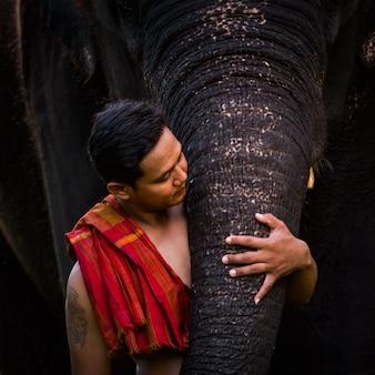 Liebe zu mahout mit seinem elefanten, thailand