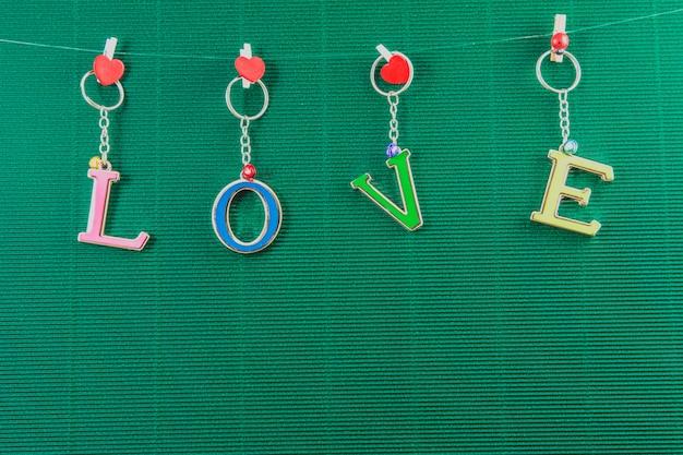 Lieben sie textnachricht auf grünem hintergrund, valentinsgrußkonzept