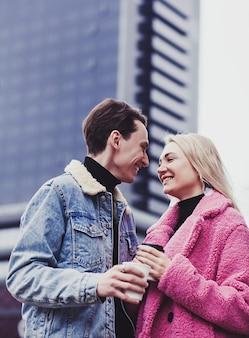 Liebendes paar, das in der stadt lächelt - konzeptliebe und lebensstil