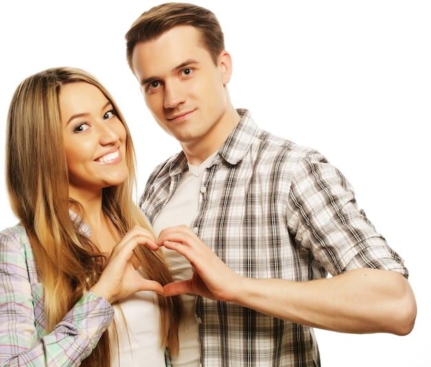 Liebes-, familien- und menschenkonzept: glückliches verliebtes paar, das herz mit den fingern zeigt
