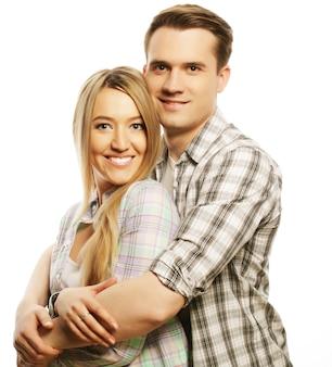 Liebes-, familien- und menschenkonzept: schönes glückliches paar, das über weißem hintergrund umarmt.