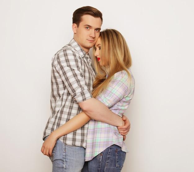 Liebes-, familien- und menschenkonzept: schönes glückliches paar, das umarmt.