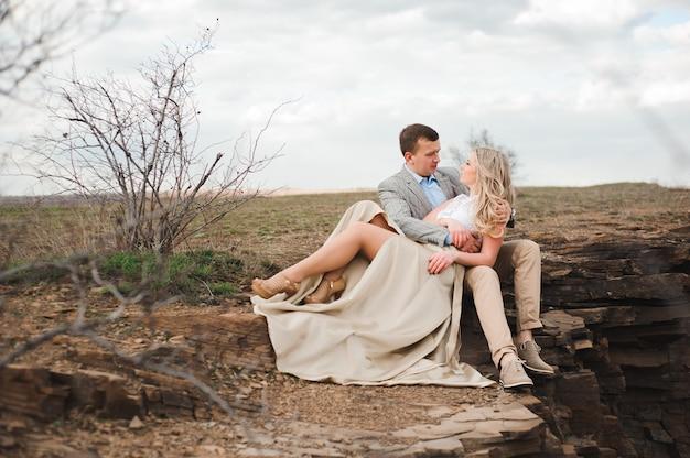 Liebes-, romance- und leutekonzept - glückliches umarmen des jungen paares