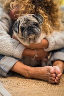 Liebes- und freundschaftskonzept mit menschen und tieren