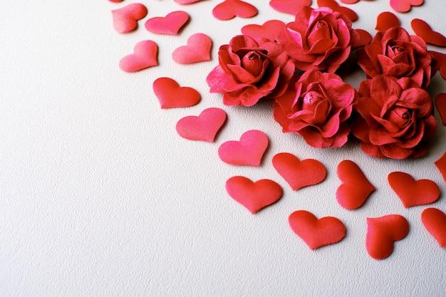 Liebes-valentinstag-romantischer hintergrund. herzen und rosen schön.