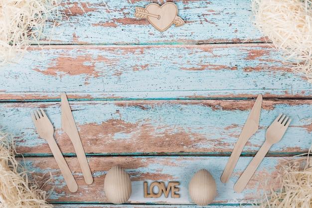 Liebesaufschrift mit dem tischbesteck eingestellt auf tabelle