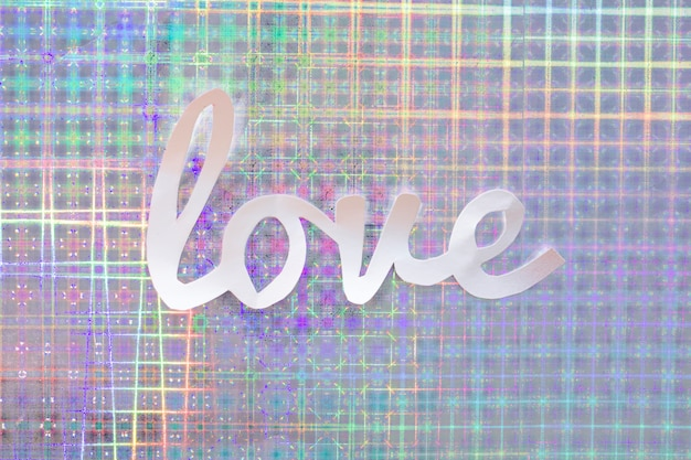 Liebesaufschrift vom papier auf glänzender tabelle