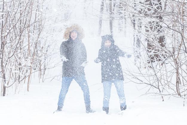 Liebesbeziehungssaison und freundschaftskonzept mann und frau haben spaß und spielen mit schnee in
