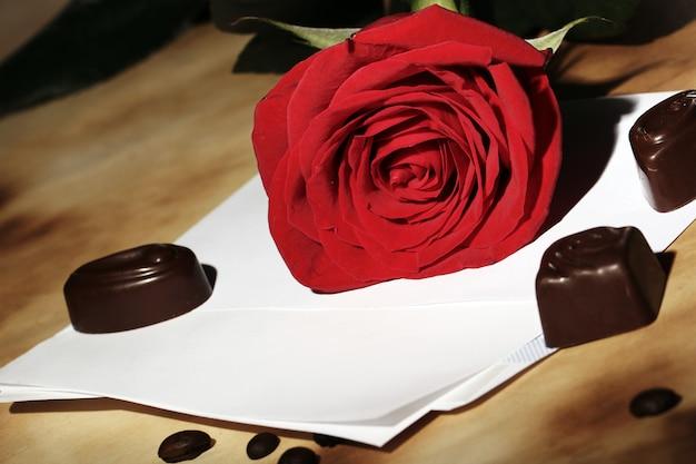 Liebesbrief und rote rose