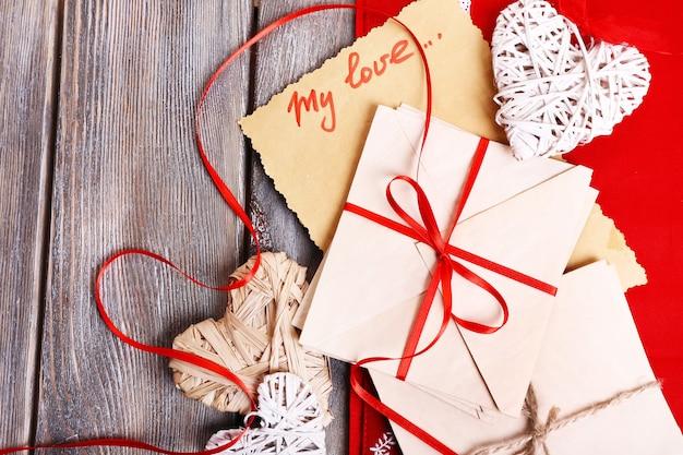 Liebesbriefe und herzen auf hölzernem raum