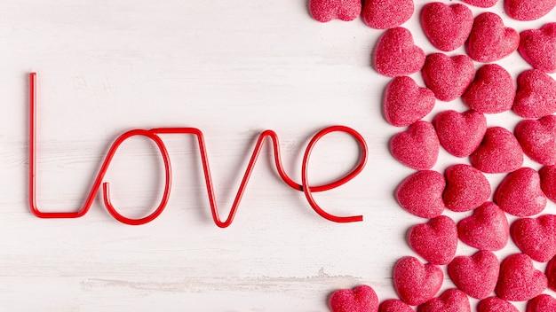 Liebesdekoration und süße herzen