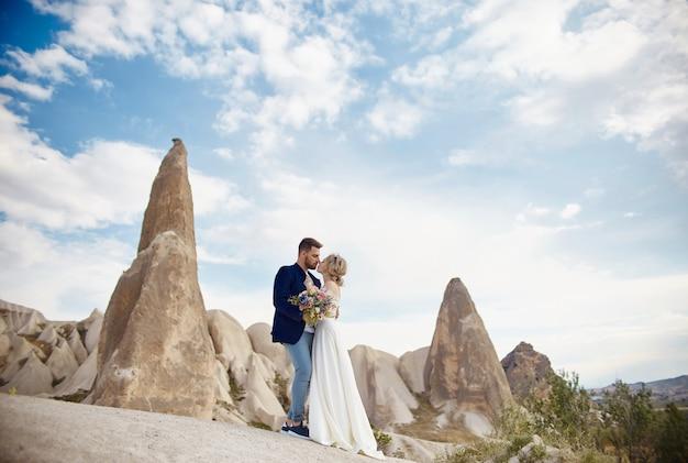 Liebesgeschichte einer frau und eines mannes. liebespaar umarmt sich, ein schönes orientalisches paar