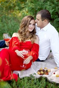 Liebesgeschichte eines liebevollen paares von männern und frauen im frühjahr in der natur im wald. paarumarmungen, picknick im park