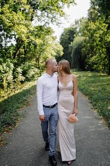 Liebesgeschichte im park. glücklicher mann und frau