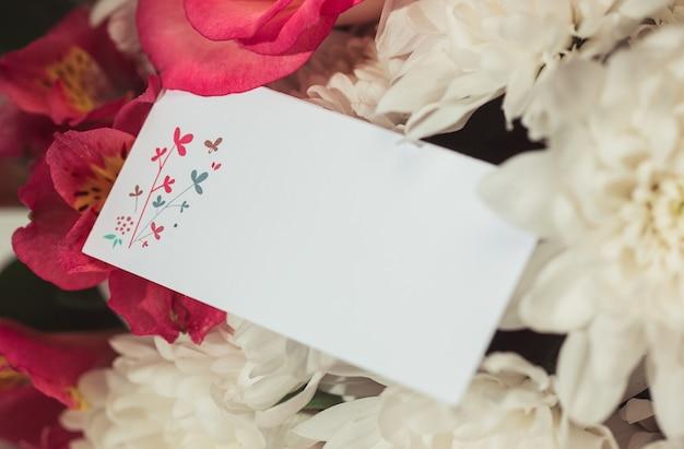 Liebeshintergrund mit rosa rosen, blumen, geschenk auf dem tisch