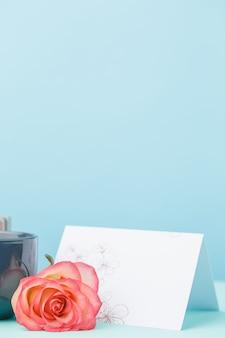 Liebeshintergrund mit rosa rosen, blumen, geschenk auf tisch