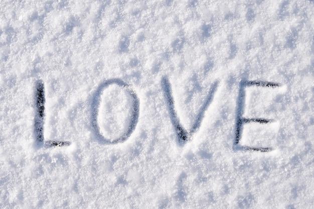Liebesinschrift auf schnee und frost am frostigen wintertag