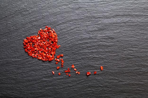 Liebesleben hintergrund unscharfer roter gefälschter kristall auf schwarzer steinplatte