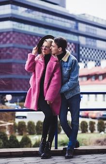 Liebesmodepaar, das die europäische stadt aufwirft