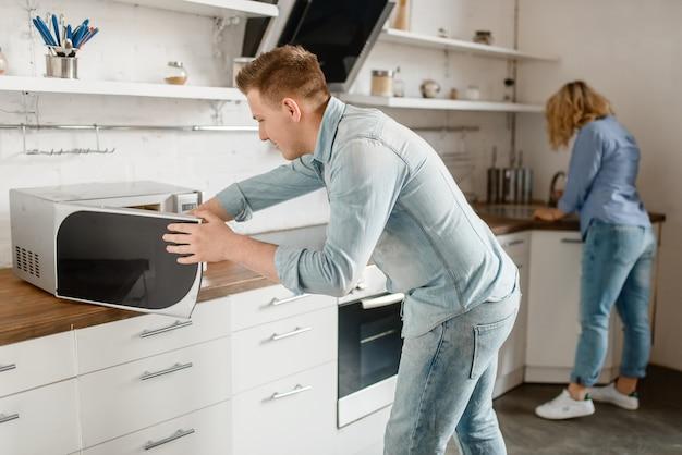 Liebespaar bereitet essen für das romantische abendessen vor.