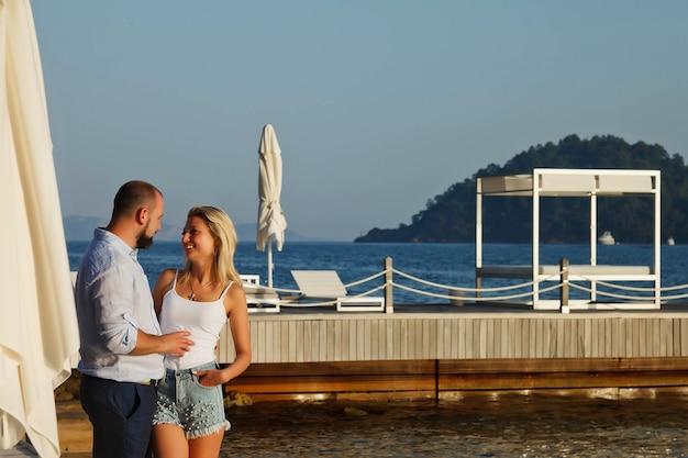 Liebespaar, das flitterwochen auf territorium strandhotel mit luxuriöser aussicht genießt