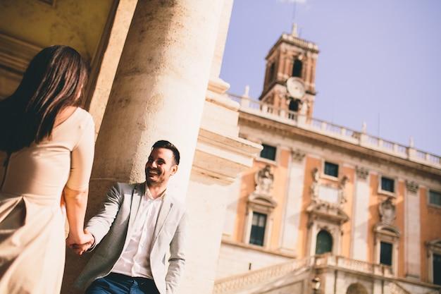 Liebespaar, das zusammen bei capitoline-hügel in rom, italien ist