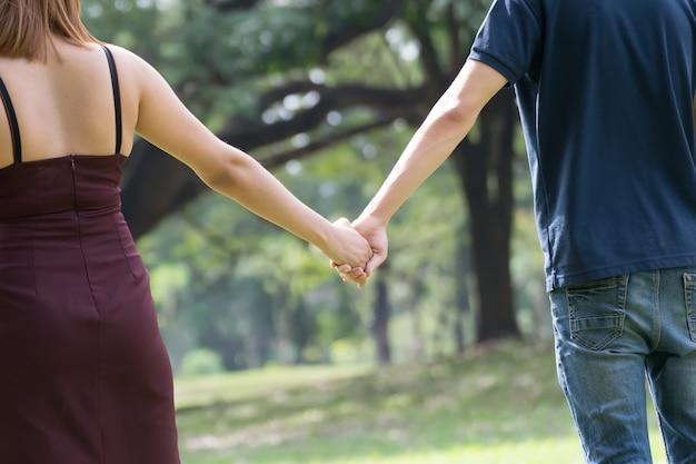 Liebespaar. glückliches paar händchen haltend.