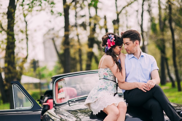 Liebespaar in einem retro-auto